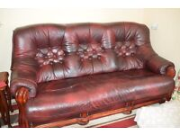 3 PIECE LEATHER SUITE... 3 SEATER SOFA PLUS 2 X CHAIRS IN A BURGUNDY LIVERY.