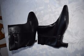 Ladies Black Ankle Boots Size 7.