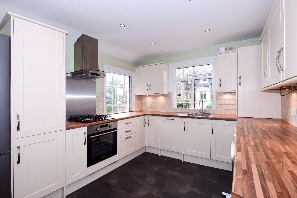 East Dulwich Grove - A spacious three double bedroom split level flat.