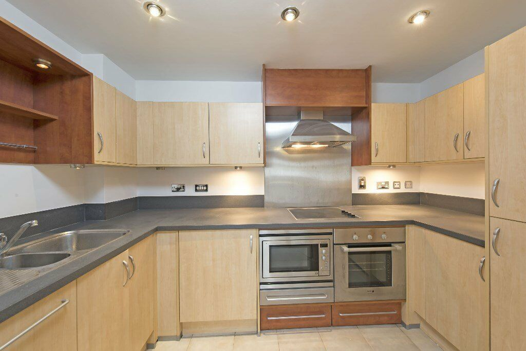 Light two double bedroom modern apartment in riverside development in SW18 ~ balcony~ 24hr concierge