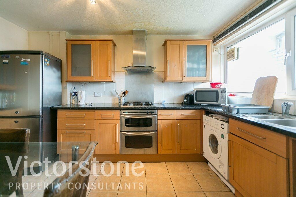 PERFECT FOR SHARERS NEWLY REFURBISHED 3 BEDROOM APARTMENT NEXT TO MILE END STATION
