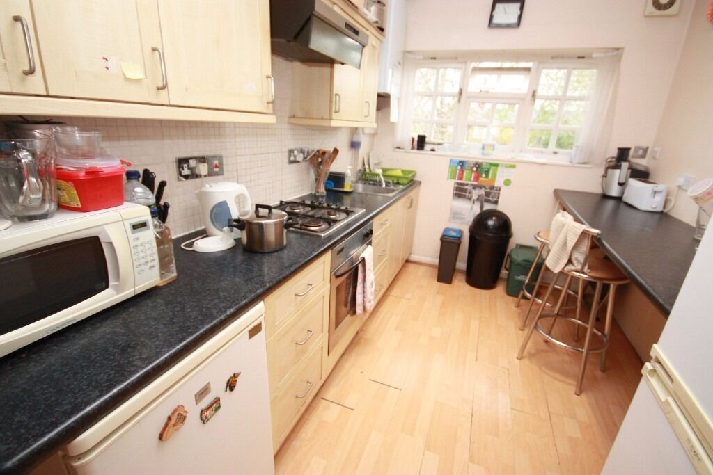 Including bills! A spacious double bedroom in a friendly professional house share