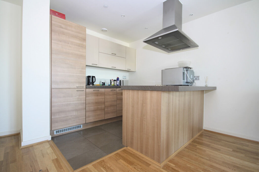 7th floor 2 double bedroom 2 bathroom apartment with stunning views of Canary Wharf and the river