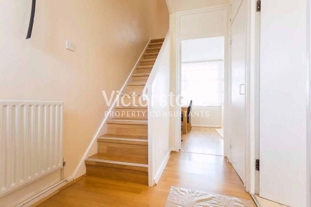 MUST SEE 3 BEDROOM MAISONETTE IN BETHNAL GREEN SPLIT LEVEL TWO FLOORS LOUNGE BALCONY