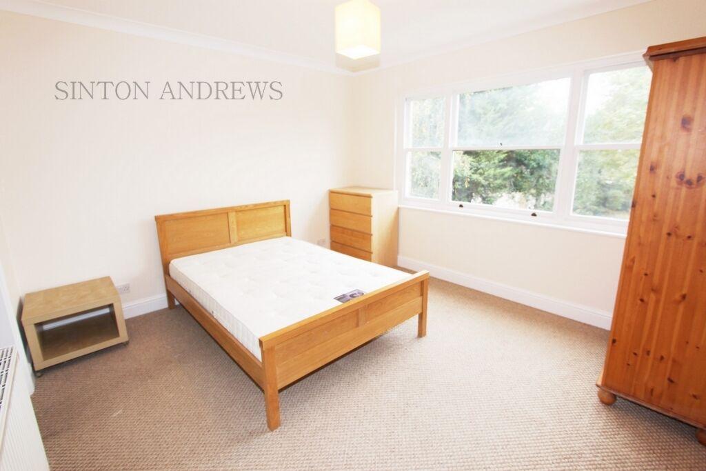 3 bedroom flat in Hamilton Road, Ealing, W5