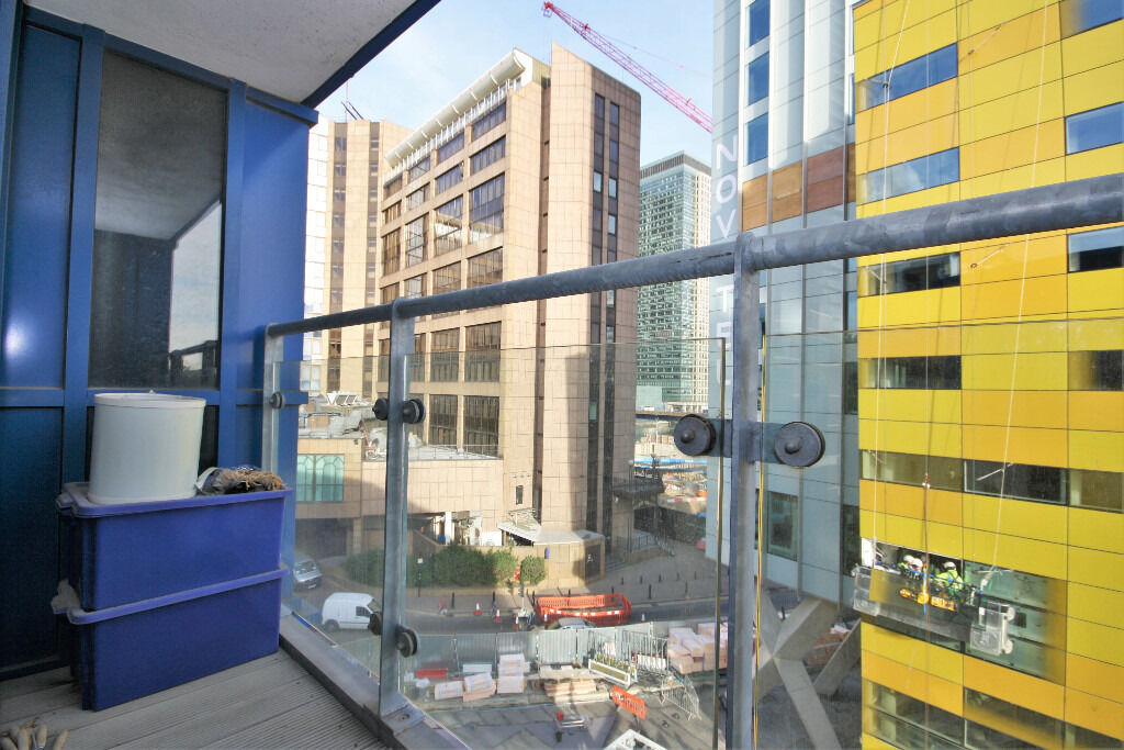 high specification two bedroom two bathroom apartment in a well located development in Canary Wharf