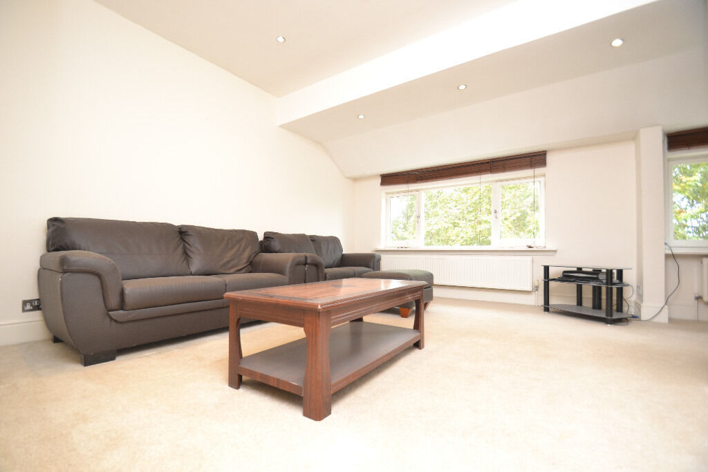 A bright and spacious two bedroom flat located in the heart of Paddington on the top floor.