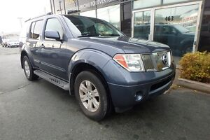 2005 Nissan Pathfinder LE 4X4 WITH LEATHER & DVD!
