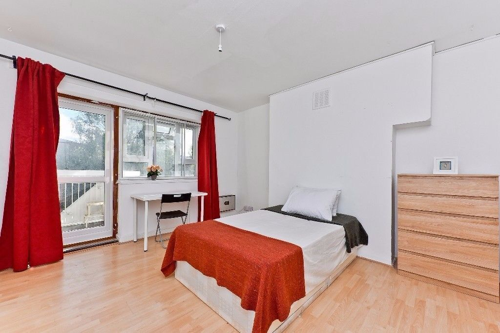 Large double room with balcony 2 min to westferry station