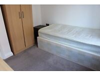 1 Single Room available in a 3 bed flatshare in Kingston Clean condition bright airy with desk bed