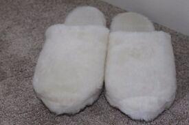 Ladies White Fluffy/Faux Fur Slip-On Slippers Medium - New Unused