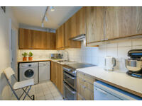 GORGEOUS REFURBISHED BRIGHT GARDEN FLAT, 1 minute from the tube