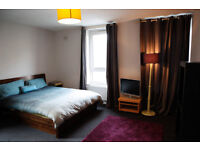 Lovely Large Double, 2min to tube, couples welcome, recently decorated, built in storeage, TV, wifi