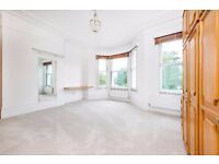 Clapham Common West side, SW4 - A fantastic spacious three bedroom and two reception room flat !