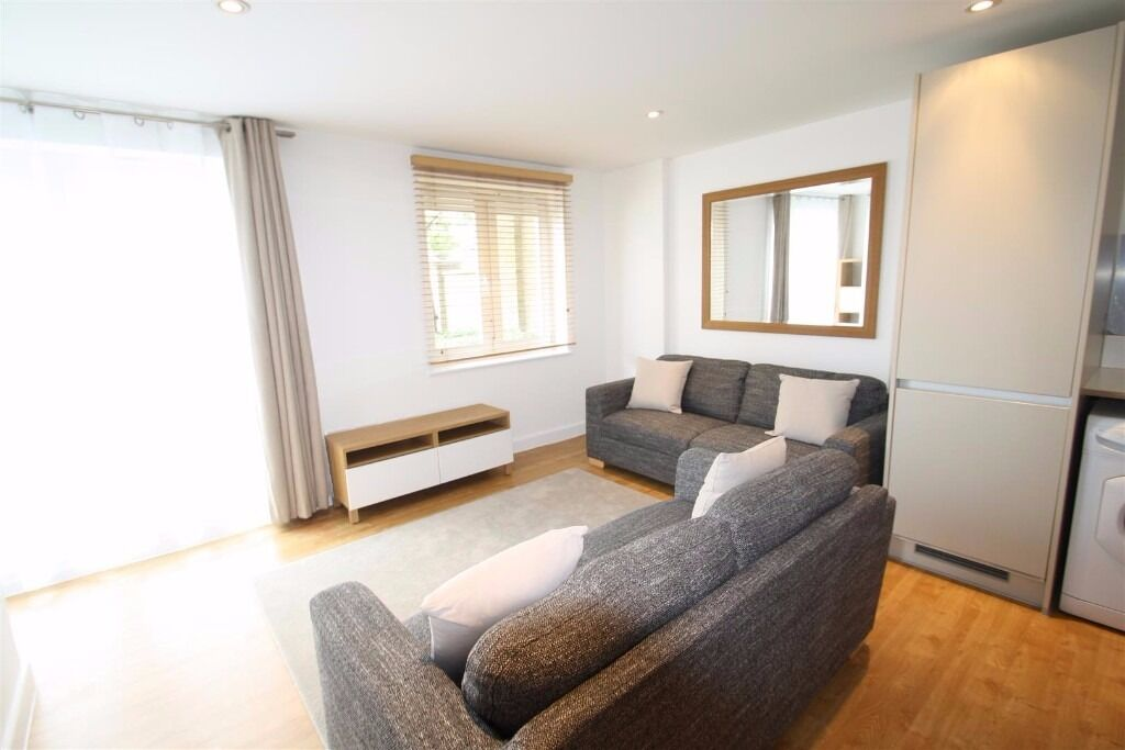 A LARGE 1 BED FLAT IN GATED DEVELOPMENT NEAR ROMAN RD E3. REDECORATED THROUGHOUT. AVAIL NOW