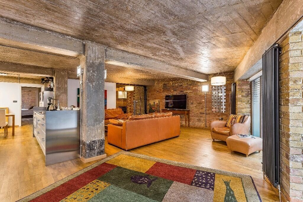 ***Luxury THREE BEDROOM apartment in WAPPING***PRIVATE CINEMA, 24 hour concierge and PARKING***