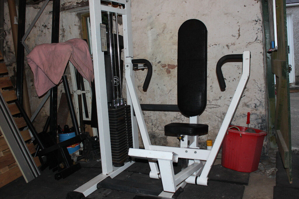 Chest press with 200 lb (90kg) weight stack