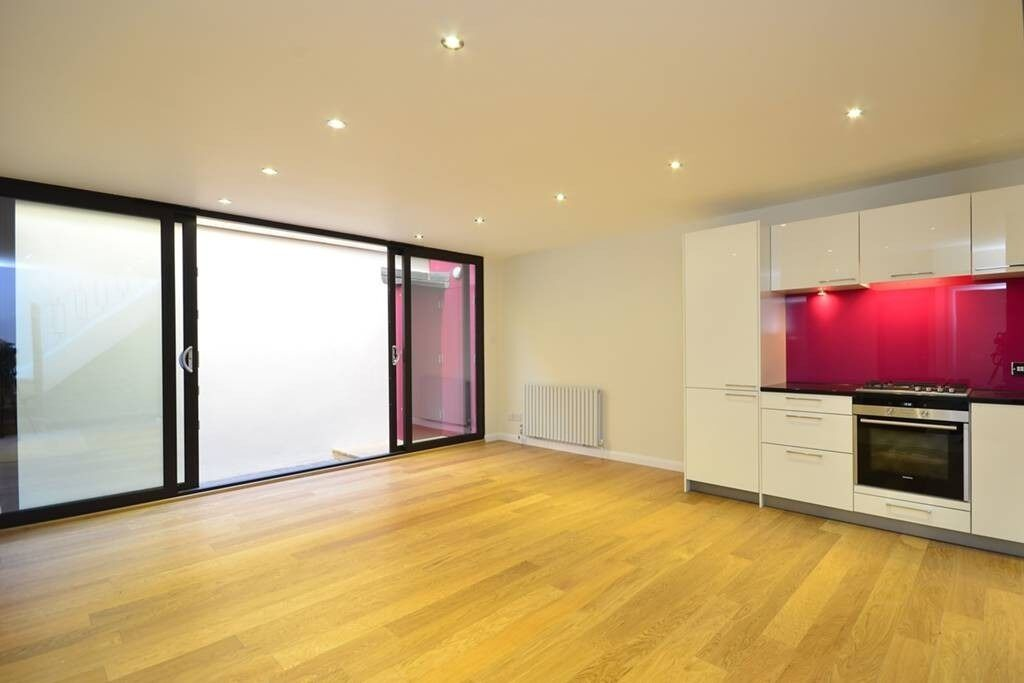 MODERN 1 bedroom flat SPLIT LEVEL, STUDY *WOODEN FLOORS* PATIO, newly REFURBISHED >EFFECT WOW<