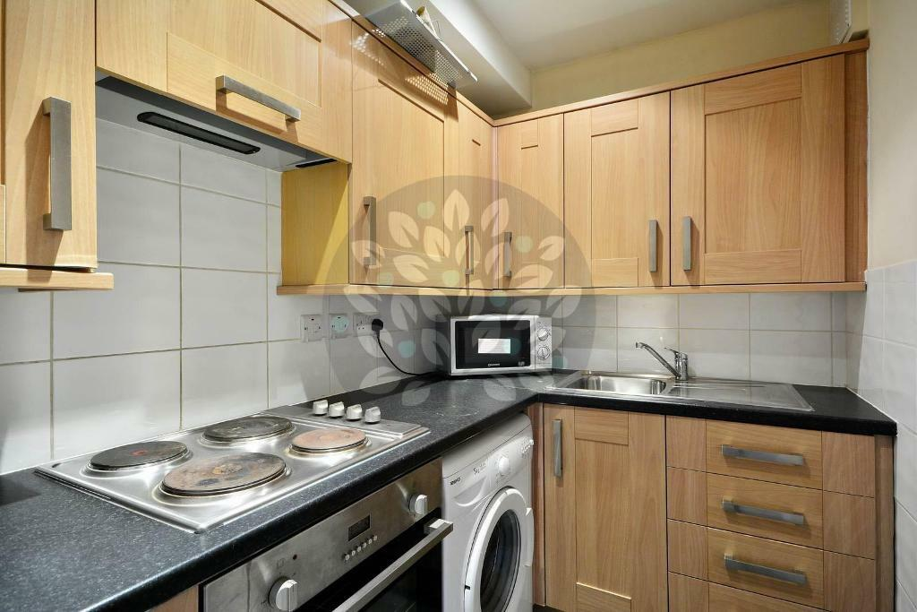 Studio flat in Warren Court, London