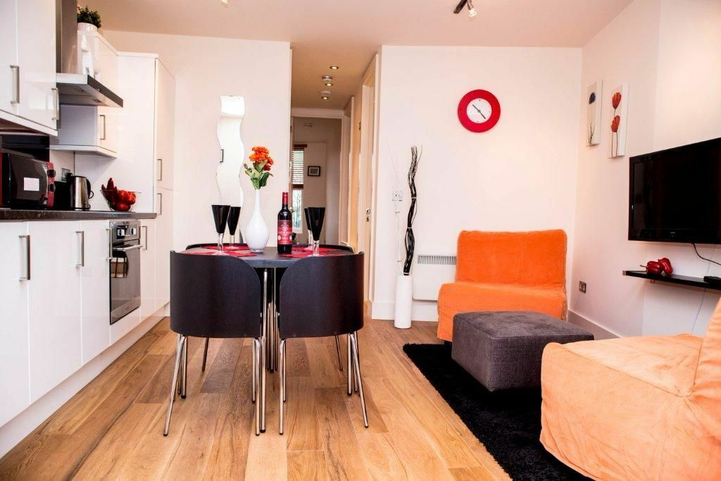 ONE DOUBLE BEDROOM FLAT- MODERN KITCHEN AND BATHROOM- WOODEN FLOORS- PRIVATE TERRACE- CLOSE TO TUBE