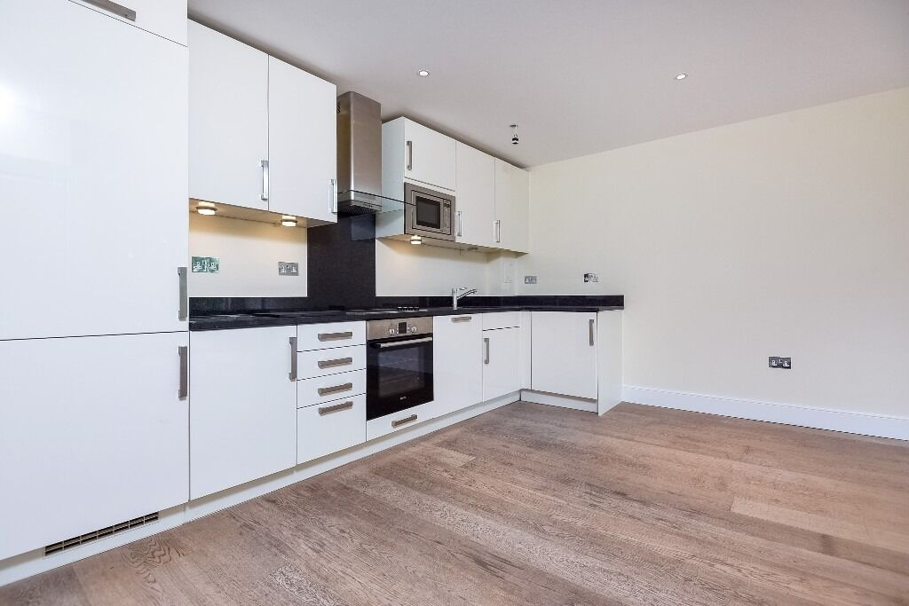 A Stunning Two Bedroom, Two Bathroom First Floor Flat In Denning Mews - £1800pcm
