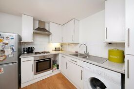 Modern top floor flat on Binfield Road in the heart of Stockwell ! Available now !