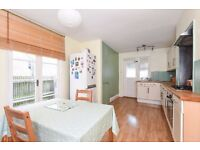A bright and spacious one double bedroom conversion flat.
