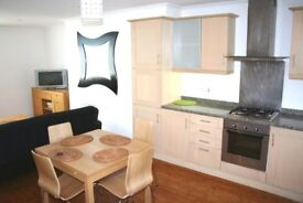 Lovely 3 bedroom flat with large open plan living room, bike storage , Earlsfield stn10 mins