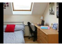 STUDENT ROOM TO RENT IN MANCHESTER. A ROOM WITH PRIVATE ROOM, WARDROBE, STUDY DESK AND CHAIR