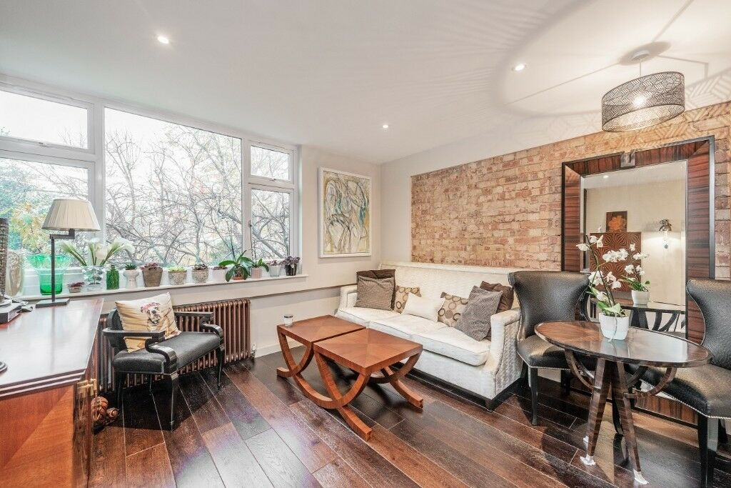 A lovely split-level three bedroom apartment in Bayswater ...
