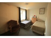 PERFECT TWIN ROOM IN A HOUSE WITH LIVING ROOM AND GARDEN, ( MINIMUM CONTRACT 1 MONTH)
