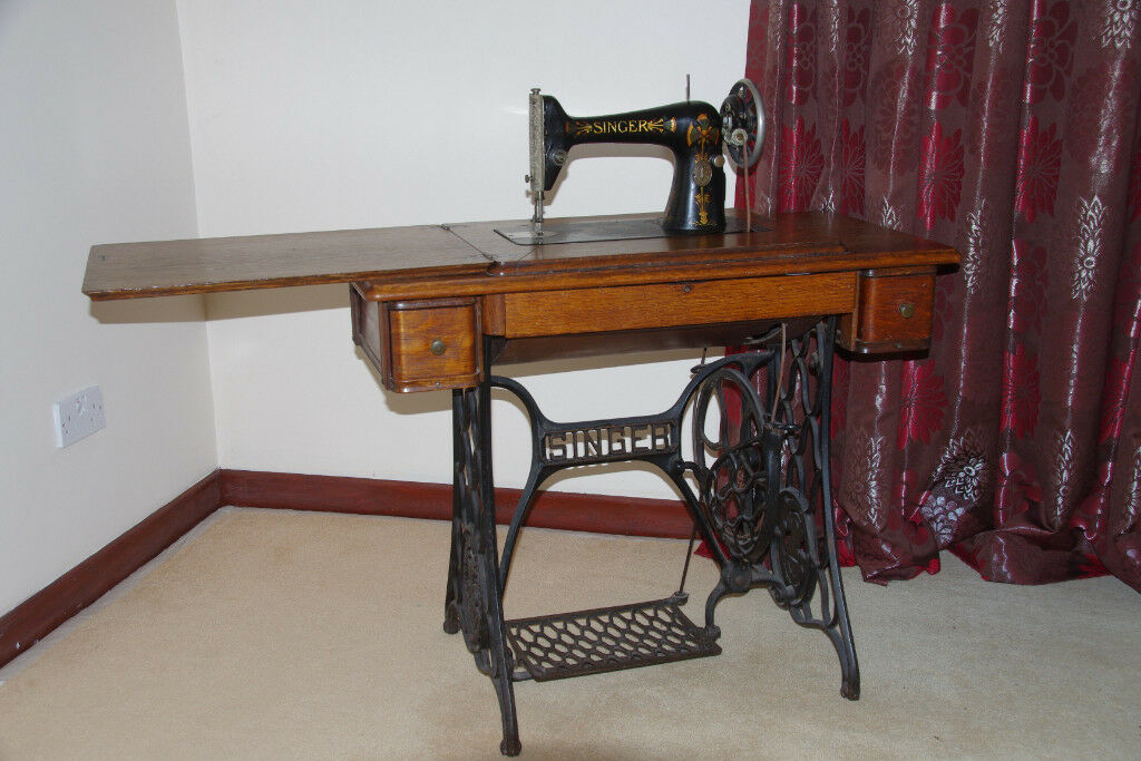 VINTAGE SINGER TREADLE SEWING MACHINE and Table - £100