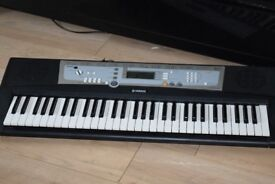 YAMAHA E213 KEYBOARD 61 KEYS WITHPOWER ADAPTER CAN BE SEEN WORKING