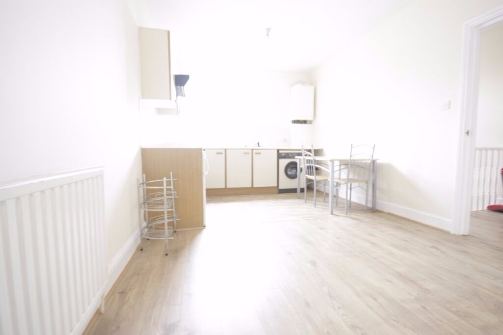 MASSIVE 1 BED FLAT TO RENT NEXT TO WHITECHAPEL STATION CALL NOW TO ARRANGE A VIEIWNG