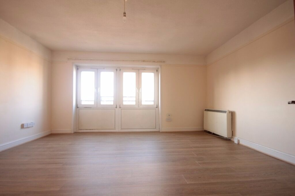 Maxwells Estates are pleased to present this 2 bedroom Flat Located In E16!!!!!!!