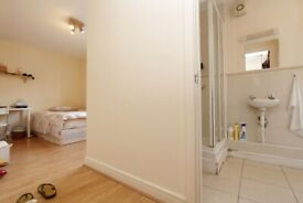 AMAZING ENSUITE AVAILABLE NOW!! COUPLE WELCOME