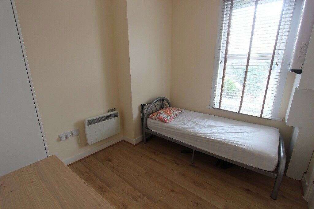 INCLUSIVE OF COUNCIL TAX AND WATER BILLS - SINGLE ROOM AVAILABLE IN PALMERS GREEN - SORRY NO DSS