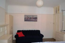 Nice clean fully furnished double room in Hendon central.