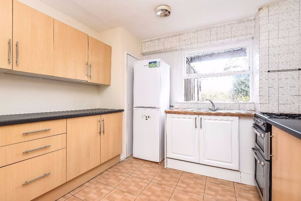 A three bedroom split level apartment available to rent in Richmond. Parkleys Parade.