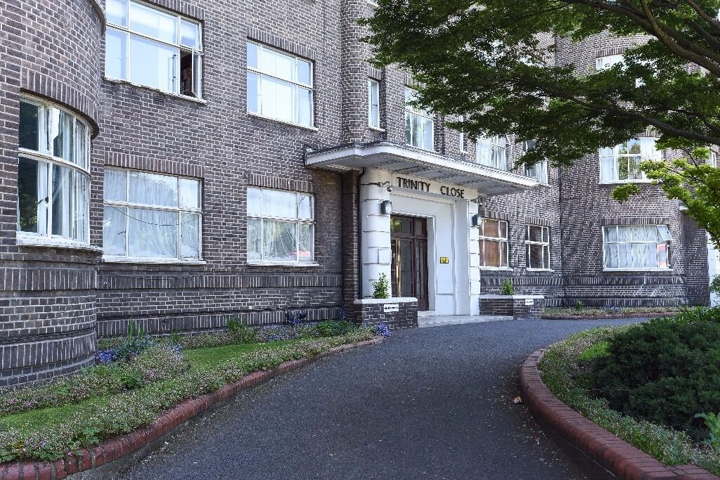 An enviably located 1 bedroom flat directly opposite Clapham Common. The Pavement, SW4
