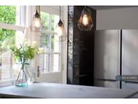 1 bedroom in Simplemarsh Road, Addlestone, KT15