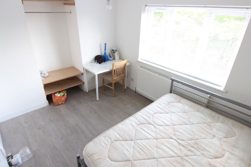 dOuBlE Room. AVAILABLE NOW. AL10 Hatfield. Double Room. 2 Bathroom. Close to Shops & Train Station