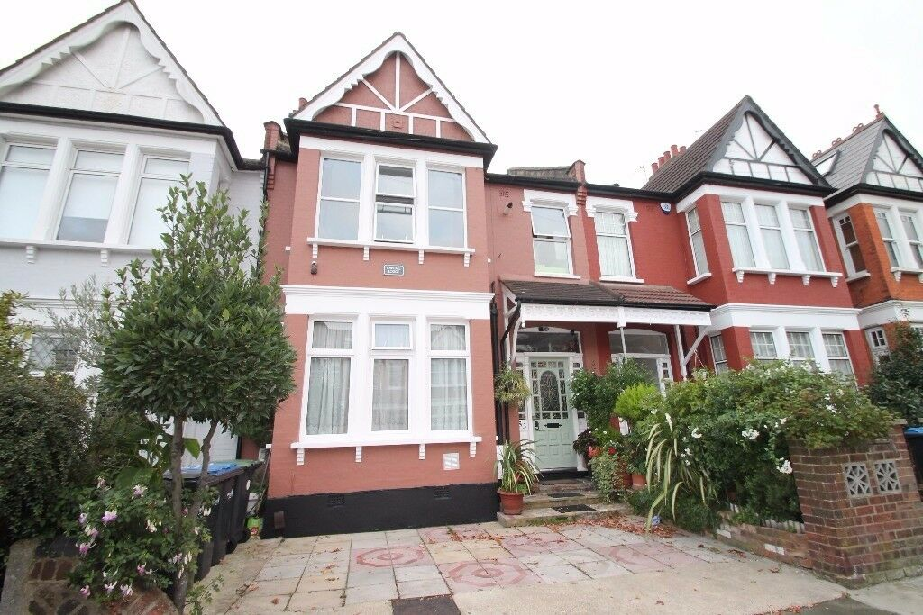 Offered to let a ground floor studio flat situated close to shops, restaurants & mainline station.