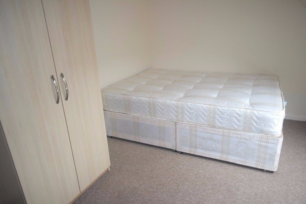 *SUPER CHEAP SINGLE ROOM/ AVAILABLE NOW/ HIGH STANDARD