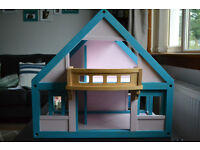 Wooden doll's house, furniture and dolls