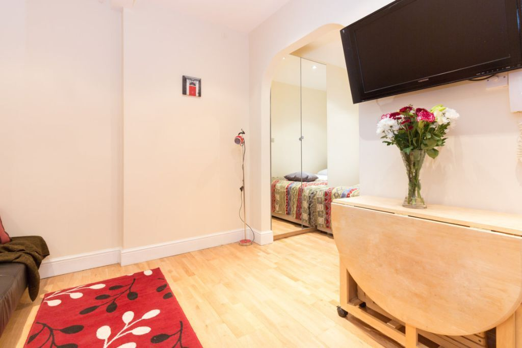SPECIAL OFFER *** SPACIOUS STUDIO NEXT TO NOTTING HILL* ALL BILLS /short or long let