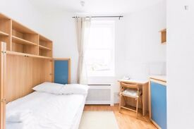 Single studio flat with en-suite shower/wc and kitchenette with microwave/fridge in HAMMERSMITH