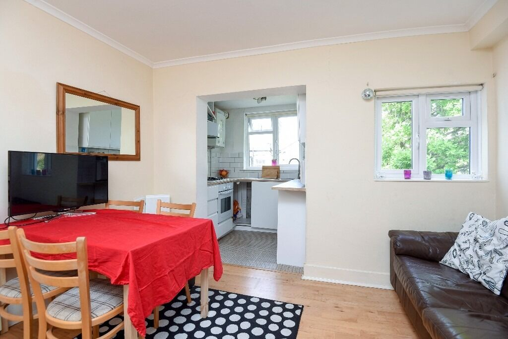 One Bedroom First Floor Period Conversion Flat on Dafforne Road, London SW17, £1250 Per Month
