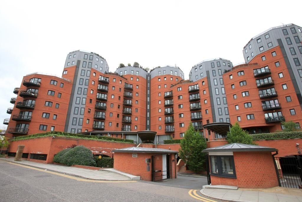 ***SPACIOUS SPLIT LEVEL 2 BED 2 BATH FLAT IN ISLE OF DOGS E14 - AVAILABLE 10TH DEC - ONLY £1700PW***