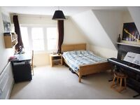 Classy 2 bed flat on Western Elms Avenue. Available 1st May.